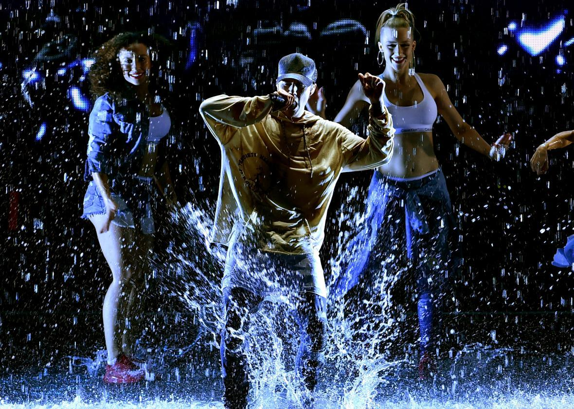 "Justin Bieber performs ""Sorry"" at the 2015 American Music Awards"