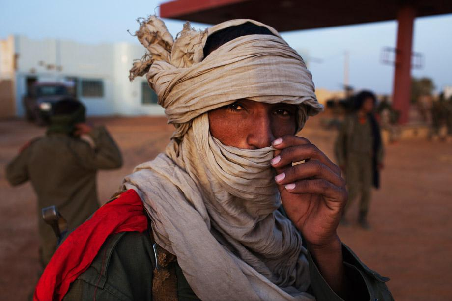 An ethnic Tuareg Malian soldier under the command of Col. El Hadj Ag Gamou fixes his headscarf at a checkpoint in Gao, March 3, 2013.