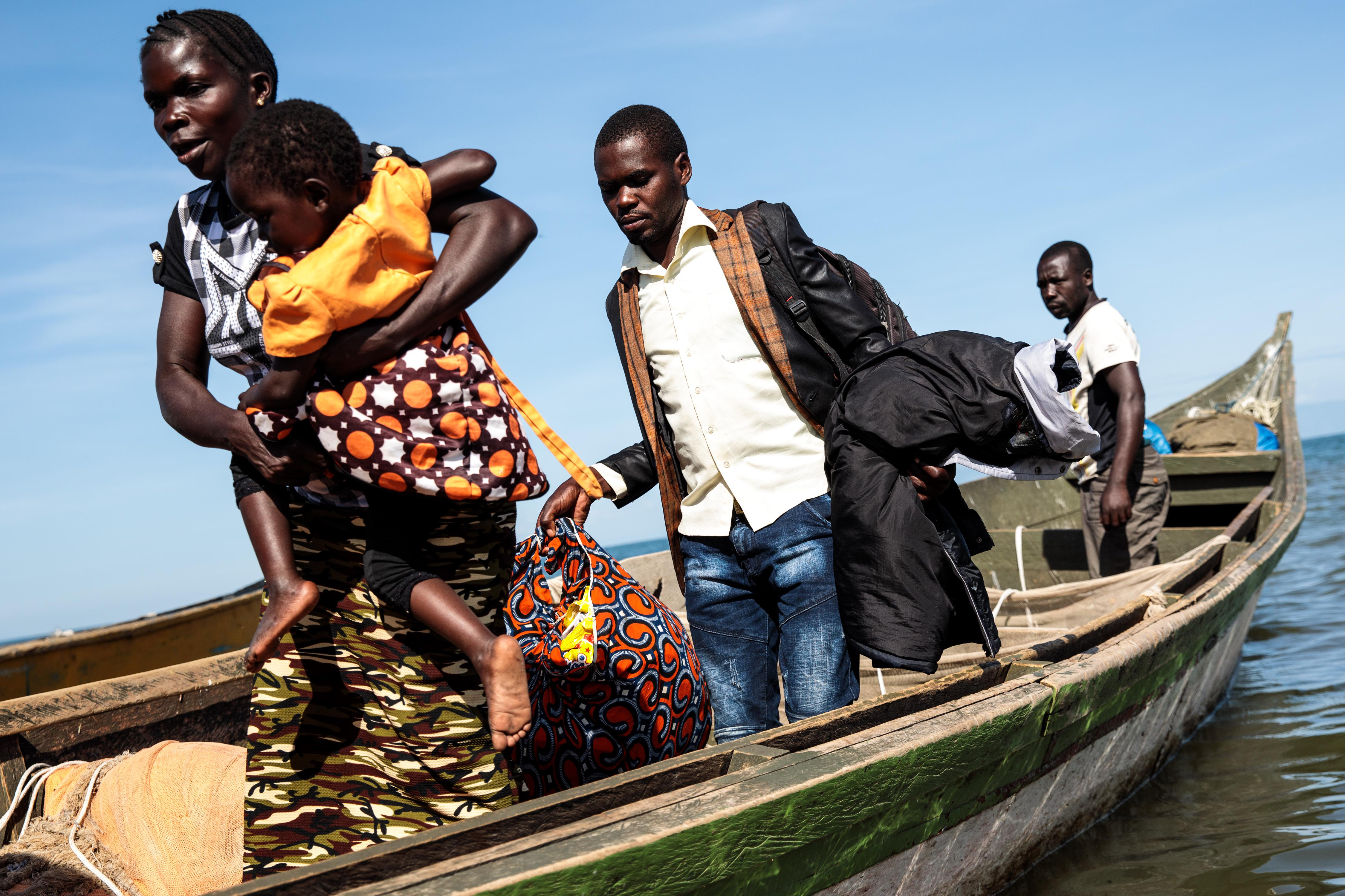 Refugees from Tchomia in the Democratic Republic of Congo arrive on boat at the Nsonga landing site.