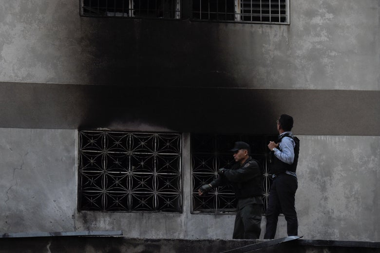 Security forces check a nearby building after an explosion was heard while Venezuelan President Nicolás Maduro was attending a ceremony to celebrate the 81st anniversary of the National Guard, in Caracas on August 4, 2018.