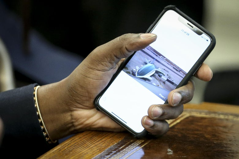 """The phone from Kanye West. """"Srcset ="""" https://compote.slate.com/images/147787ae-2ed8-42c8-8bd8-e9326f66d1ce.jpeg?width=780&height=520&rect=192051350&off= 0x0 1x, https://compote.slate.com/images /147787ae-2ed8-42c8-8bd8-e9326f66d1ce.jpeg?width=780&height=520&rect=1987x1325&offset=0x0 2x"""