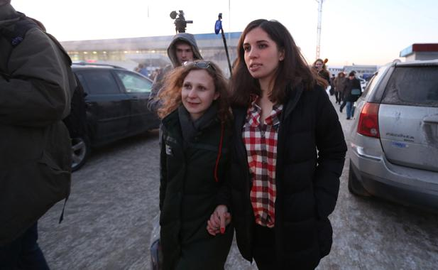 Pussy Riot members Nadezhda Tolokonnikova (R) and Maria Alyokhina (L) walk outside Yemelyanovo airport in Krasnoyarsk, December 24, 2013.