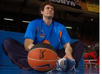 Paul Shirley playing in the Spanish basketball league. Click image to expand.