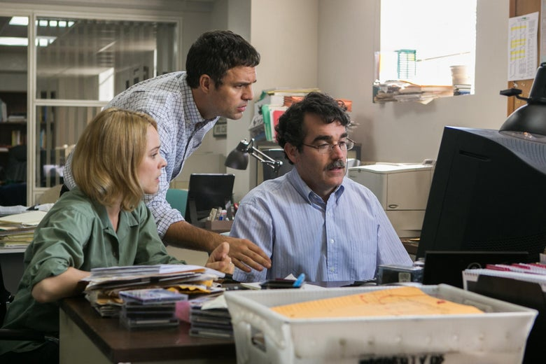 Mark Ruffalo, Brian d'Arcy James and Rachel McAdams all look at a computer screen.