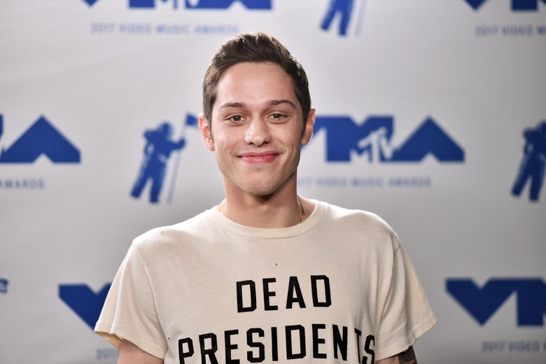 """Pete Davidson, smiling on the red carpet of VMA. """"Srcset ="""" https://compote.slate.com/images/20081afe-6bd5-4204-a01a-508e678a1cd3.jpeg?width=780&height=520&rect=3684x2456&offset=12x0 1x, https: //compote.slate.com/images /20081afe-6bd5-4204-a01a-508e678a1cd3.jpeg? width = 780 & height = 520 & rect = 3684x2456 & offset = 12x0 2x"""