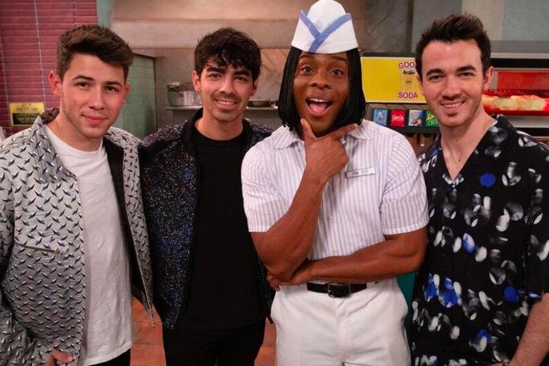 Jonas Brothers Visit Kel Mitchell at Good Burger, Invade Your Childhood Memories
