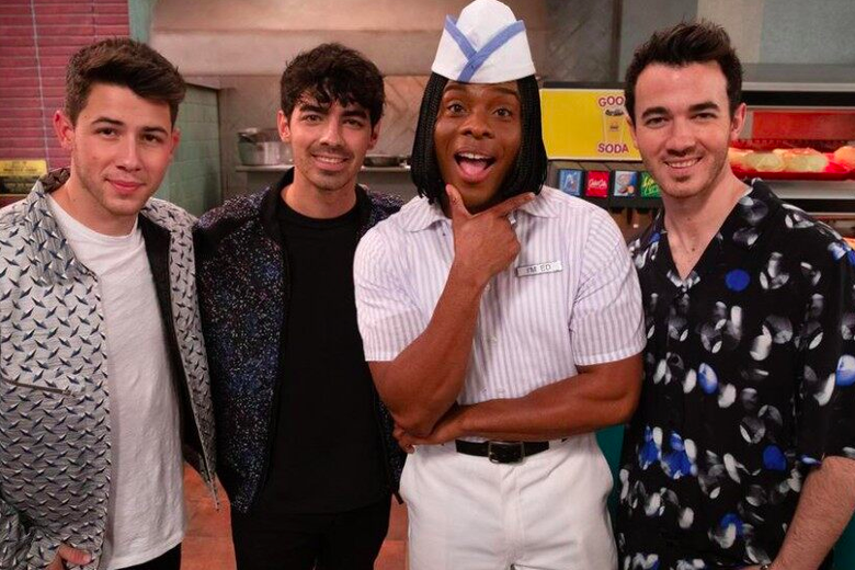 the Jonas Brothers and Kel Mitchell in his Good Burger uniform