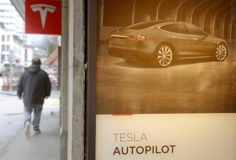 """An advertisement for Tesla's autopilot. """"Srcset ="""" https://compote.slate.com/images/2a15e5c9-1217-45d5-a508-b93a597e6d84.jpeg?width=780&height= 520 & rect = 3500x2333 & offset = 0x46 1x, https: //compote.slate .com / images / 2a15e5c9-1217-45d5-a508-b93a597e6d84.jpeg? width = 780 & height = 520 & rect = 3500x2333 & offset = 0x46 2x"""
