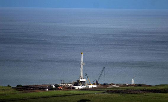An oil exploration tower is pictured in Tonya on the shore of Lake Albert on April 25, 2008.