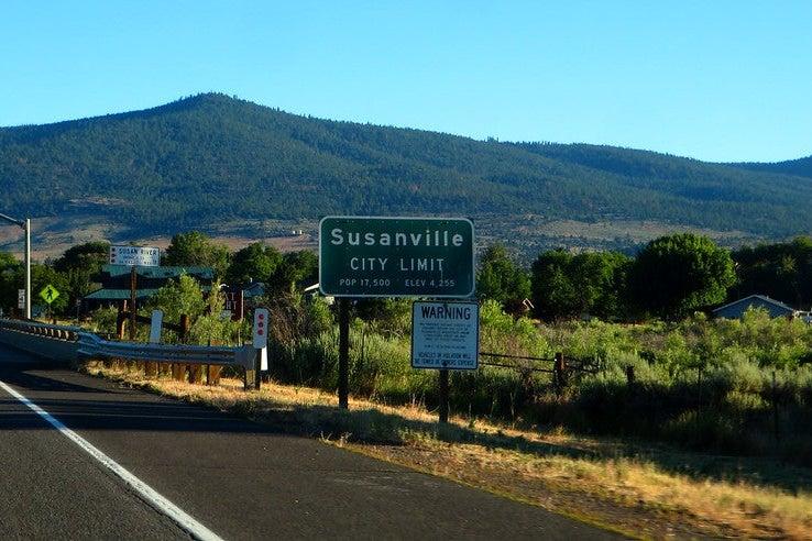 A highway sign that reads Susanville city limit, population 17,500.
