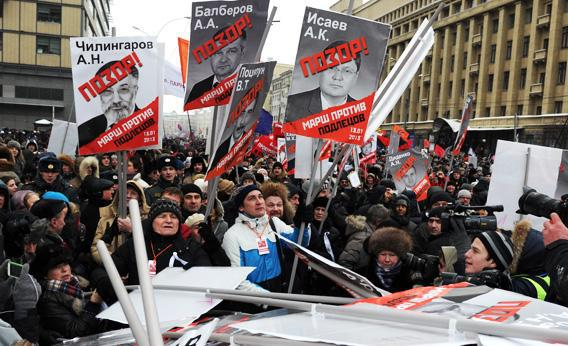 At least 20,000 Russian opposition supporters rally on Sunday on the Boulevard Ring in the center of Moscow against a Kremlin law that banned US adoptions of Russian orphans.