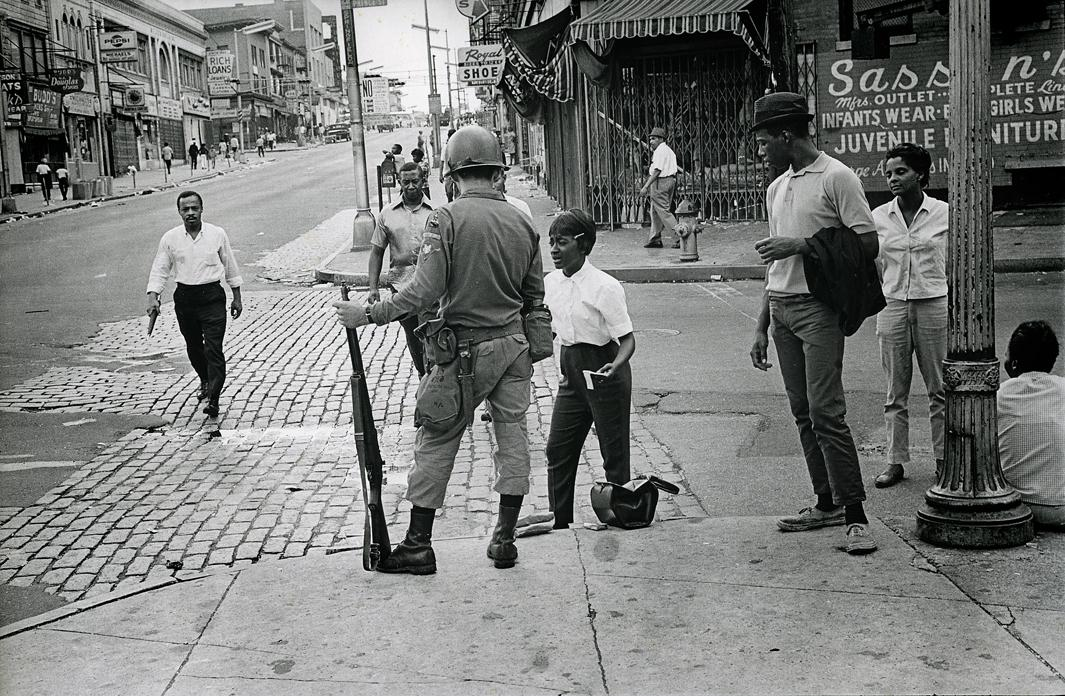 The National Guard onthe streets of Newark,aftermath of the riots.The Newark riots lasted 6days and left 26 dead.Newark, New Jersey, July1967.