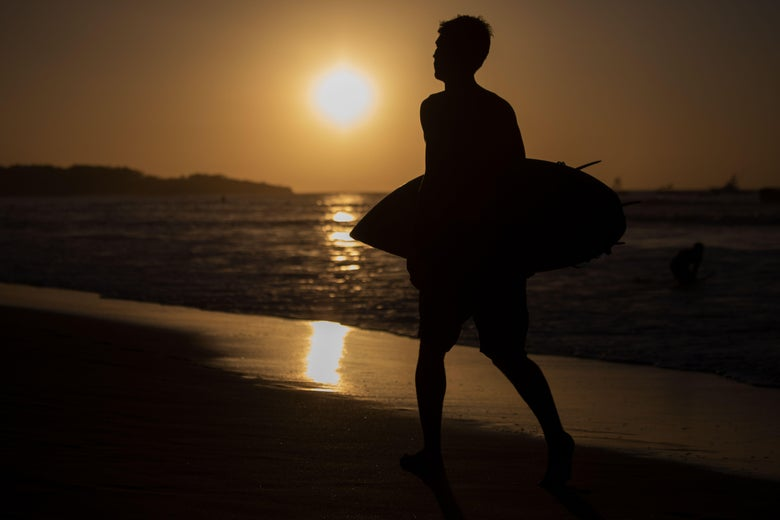 "The man brings surf while passing by the setting sun on the beach in Tamarindo, Costa Rica on December 12, 2018. ""srcset ="" https://compote.slate.com/images/3e236f08-6784-495b-ba15-8227c6c9b223.jpeg?width=780&height=520&rect=5905x3937&offset=0x0 1x, https: /compote.slate.com/images The man is surfing while passing the set sun on Tamarindo Beach, Costa Rica on December 12, 2018. </p> <p>  The man carries surf while passing by the setting sun on Tamarindo Beach, Costa Rica on December 12, 2018. </p> <p>  DAVID GANON / Getty Images </p> </figcaption> </figure> <aside data-uri="