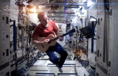 Astronaut Chris Hadfield sings David Bowie's Space Oddity in space