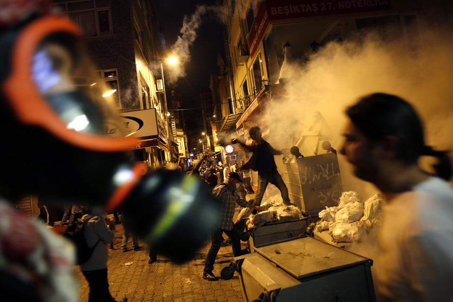 Anti-government protesters clash with riot police near the Prime Minister Tayyip Erdogan's office in Istanbul, June 2, 2013.