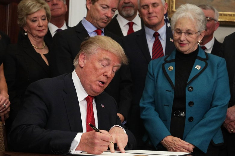 WASHINGTON, DC - OCTOBER 12:  U.S. President Donald Trump signs an executive order as Sen. Rand Paul (R-KY), Vice President Mike Pence, and Rep. Virginia Foxx (R-NC) look on during an event in the Roosevelt Room of the White House October 12, 2017 in Washington, DC. President Trump signed the executive order to loosen restrictions on Affordable Care Act 'to promote healthcare choice and competition.'  (Photo by Alex Wong/Getty Images)