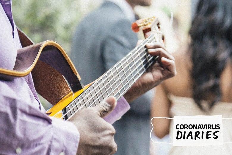 Une personne est vue jouer de la guitare derrière un couple en tenue de mariage. Un masque avec les mots
