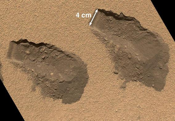 Curiosity scoops up samples from the surface of Mars