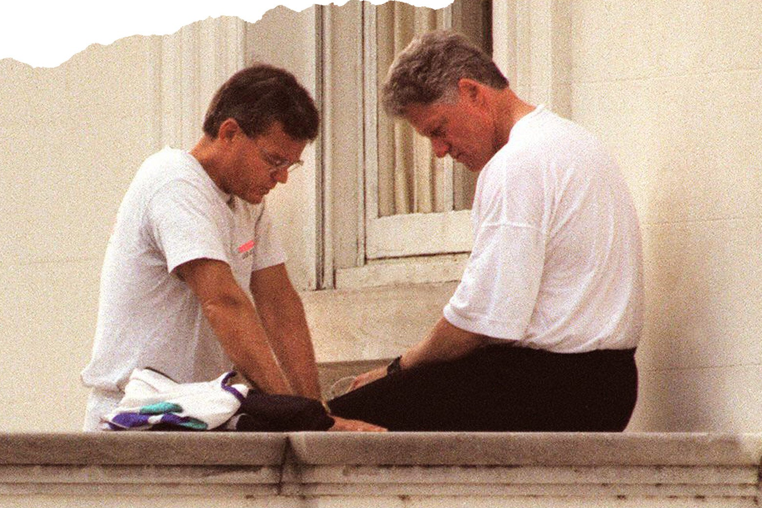 Bill Hybels and President Bill Clinton, heads bowed in pray.