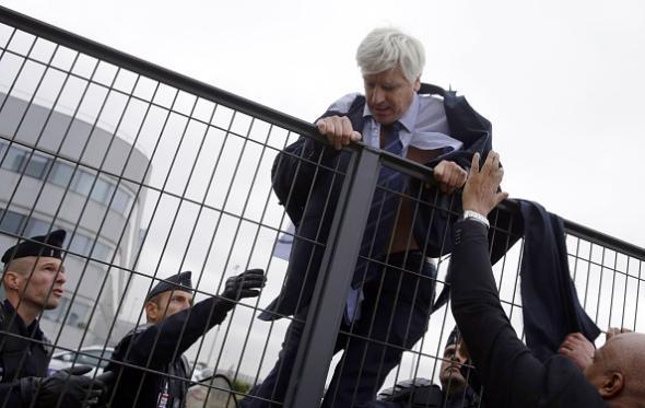 Air France executive climbing fence