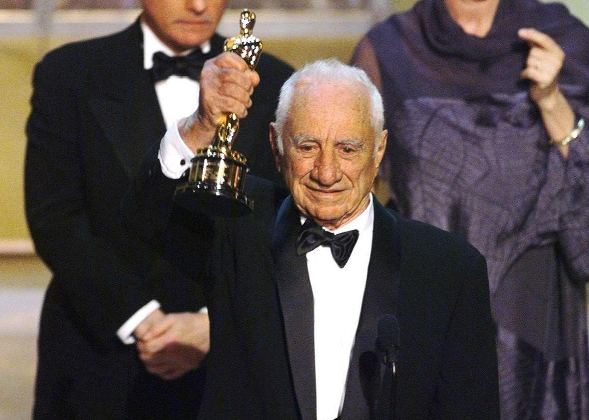 This photo dated 21 March 1999 shows US director Elia Kazan holding up his Honorary Oscar during the 71st Academy Awards at the Dorothy Chandler Pavilion in Los Angeles.