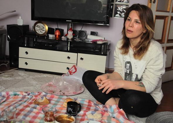 Asya Elmas eats breakfast on the floor of her Istanbul apartment.