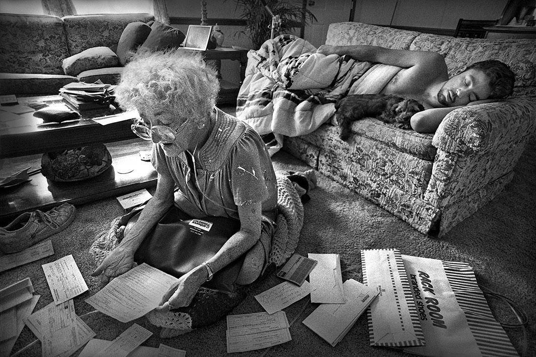 Paying bills, 1990