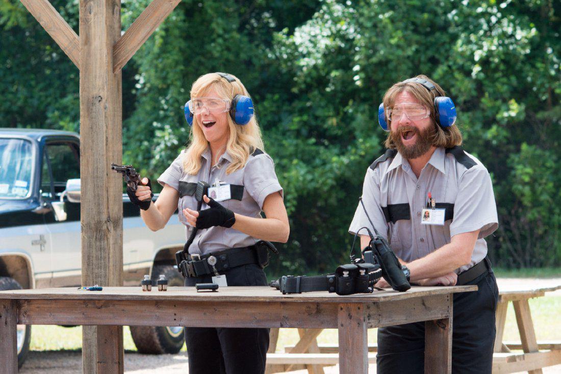 Kristen Wiig and Zach Galifianakis in Masterminds.