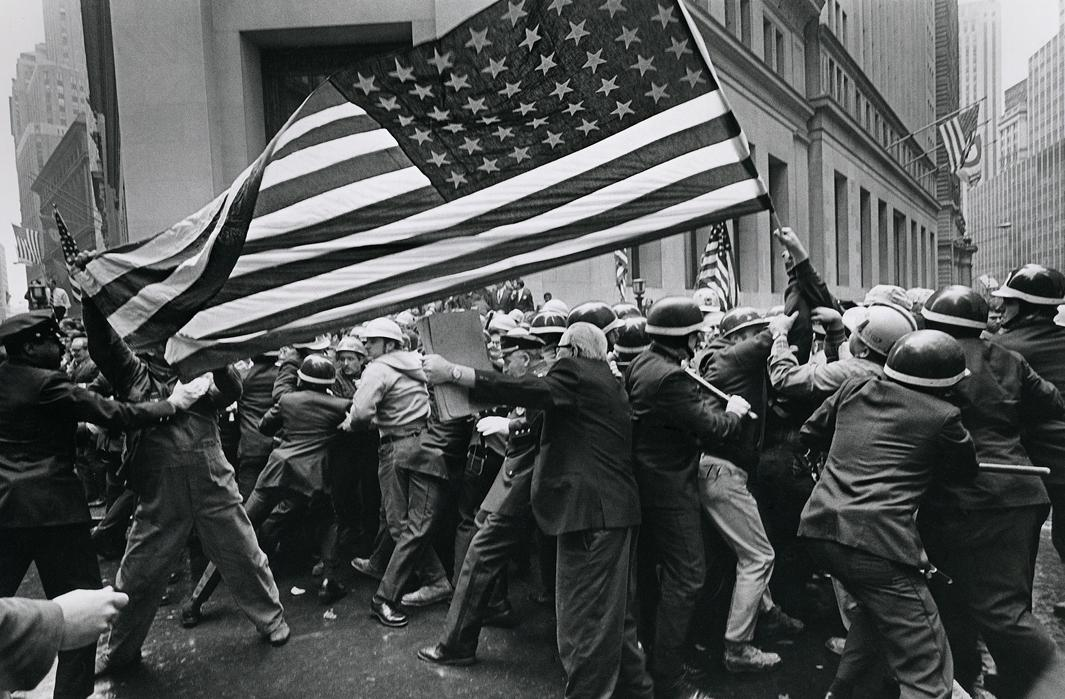 Construction workersclash with police during apro-Vietnam Wardemonstration.New York, 1970.