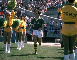 Franz Beckenbauer and the New York Cosmos cheerleaders. Click image to expand.
