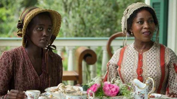 Patsey (Lupita Nyong'o) and Mistress Shaw (Alfre Woodard)