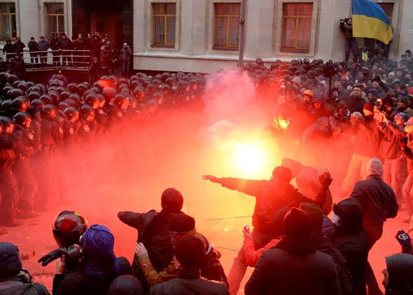 Ukrainian protesters clash with riot policemen outside the Ukrainian President's office in Kiev on December 1, 2013.