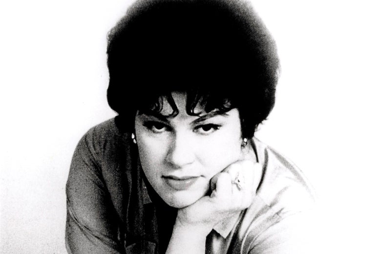 Patsy Cline leaning forward with her chin on her hand.