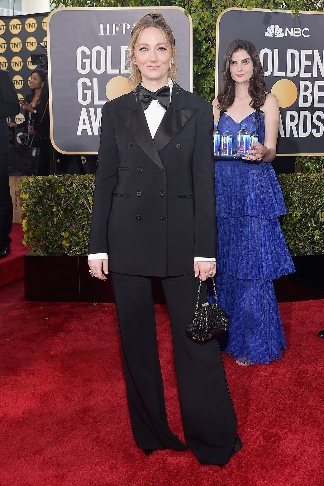 Judy Greer photobombed by Fiji Water Girl at the Golden Globes