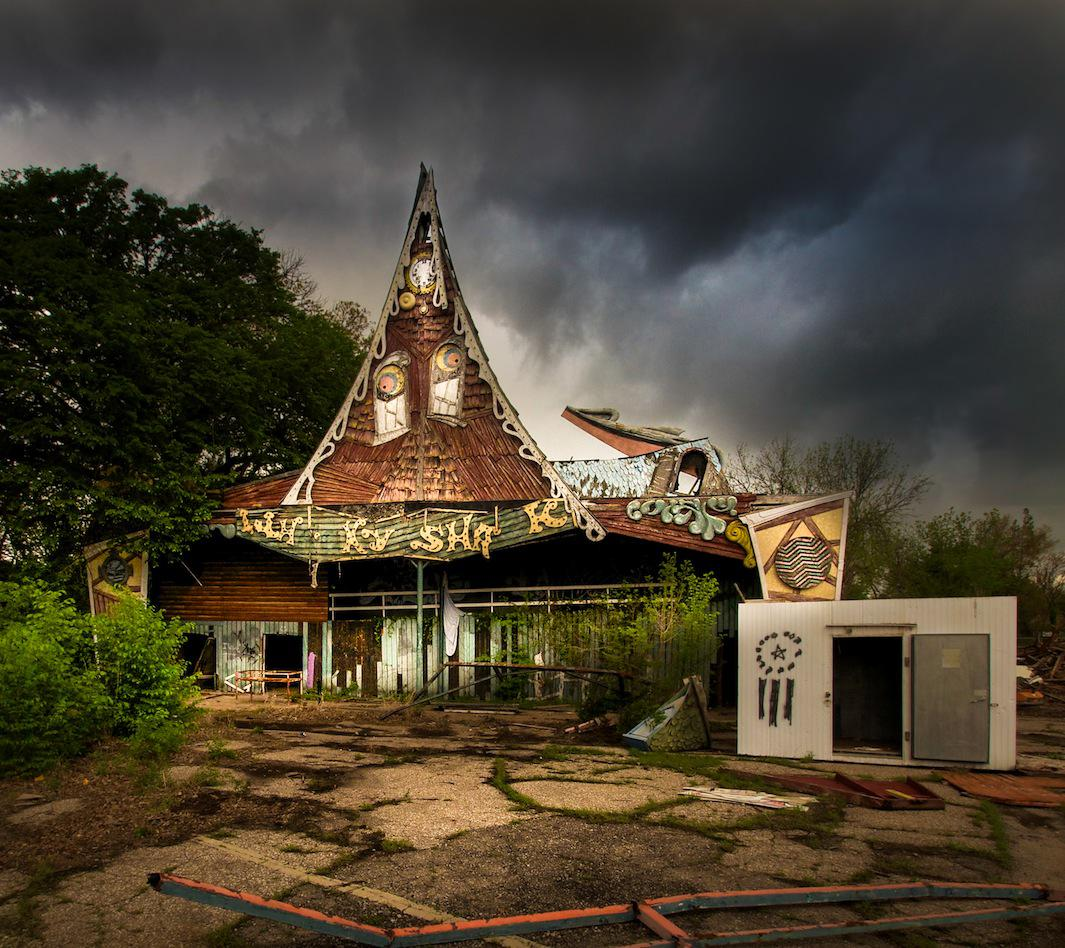 Seph Lawless Photographs Abandoned Theme Parks In His Book Bizarro Photos