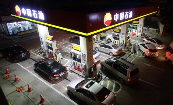 Motorists queue for fuel at a gas station on February 7, 2012 in Fuzhou, Fujian Province of China.