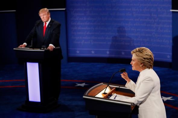 Democratic presidential nominee former Secretary of State Hillary Clinton (R) debates with Republican presidential nominee Donald Trump