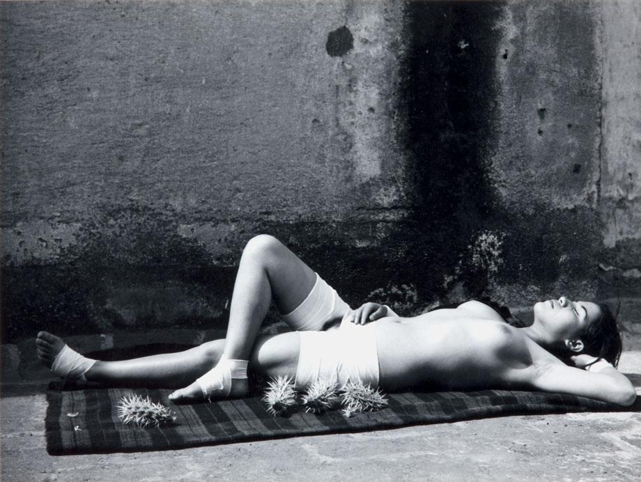 Manuel Álvarez Bravo, La buena fama durmiendo (La Bonne Renommée endormie), 1938. Collection Colette Urbajtel/Archivo Manuel Álvarez Bravo, S.C.