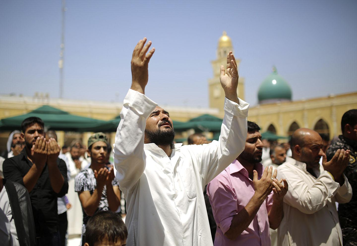 Shi'ite worshippers attend Friday prayers in Kufa mosque near Najaf, south of Baghdad, June 27, 2014.