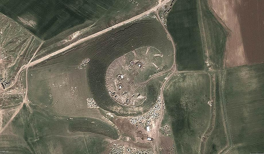 A closeup view of Tell Jifar shows tanks and artillery dug in on top of the site.