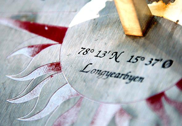 A sundial highlighting the town of Longyearbyen.