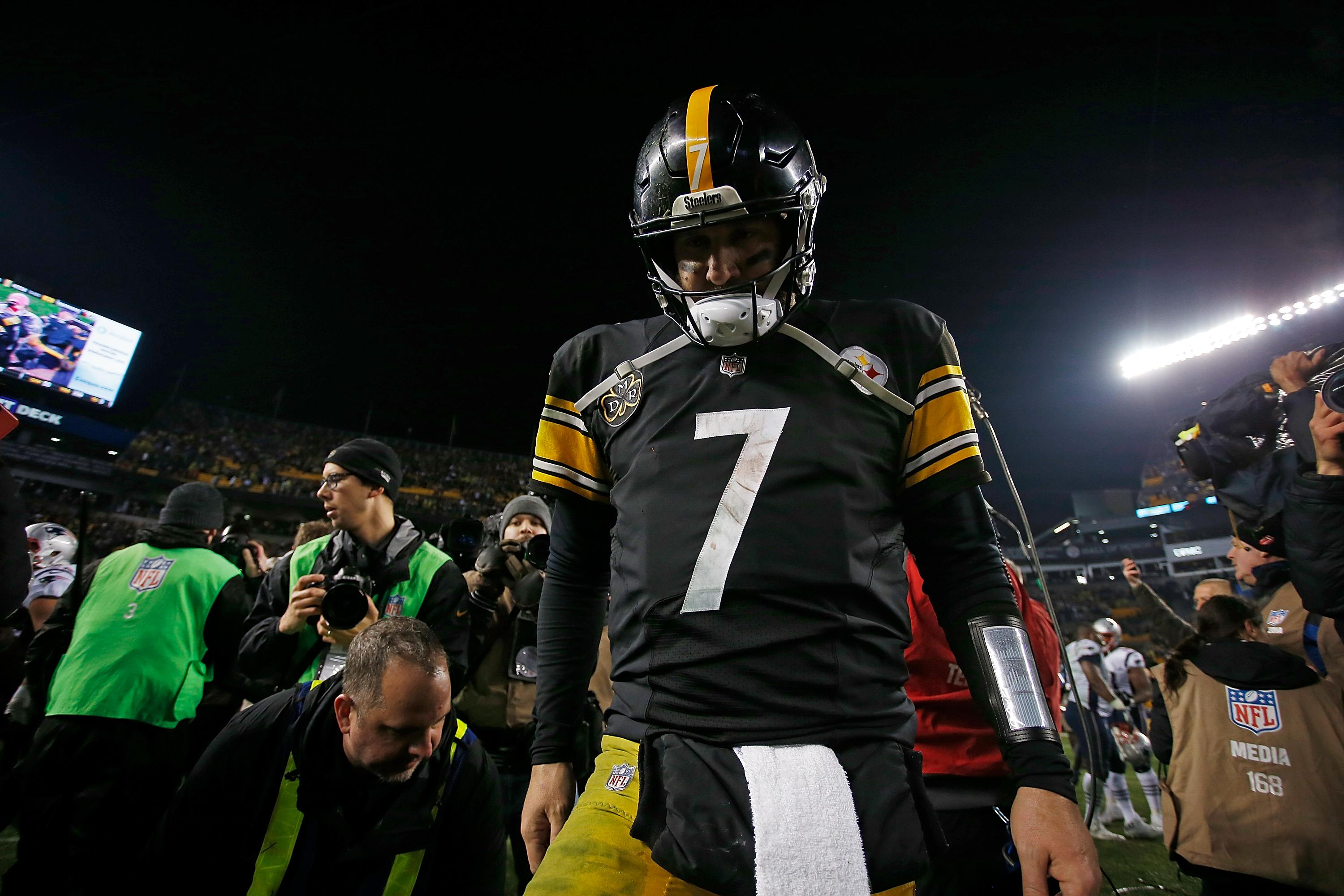 PITTSBURGH, PA - DECEMBER 17: Ben Roethlisberger #7 of the Pittsburgh Steelers walks off the field at the conclusion of the New England Patriots 27-24 win over the Pittsburgh Steelers at Heinz Field on December 17, 2017 in Pittsburgh, Pennsylvania. (Photo by Justin K. Aller/Getty Images)