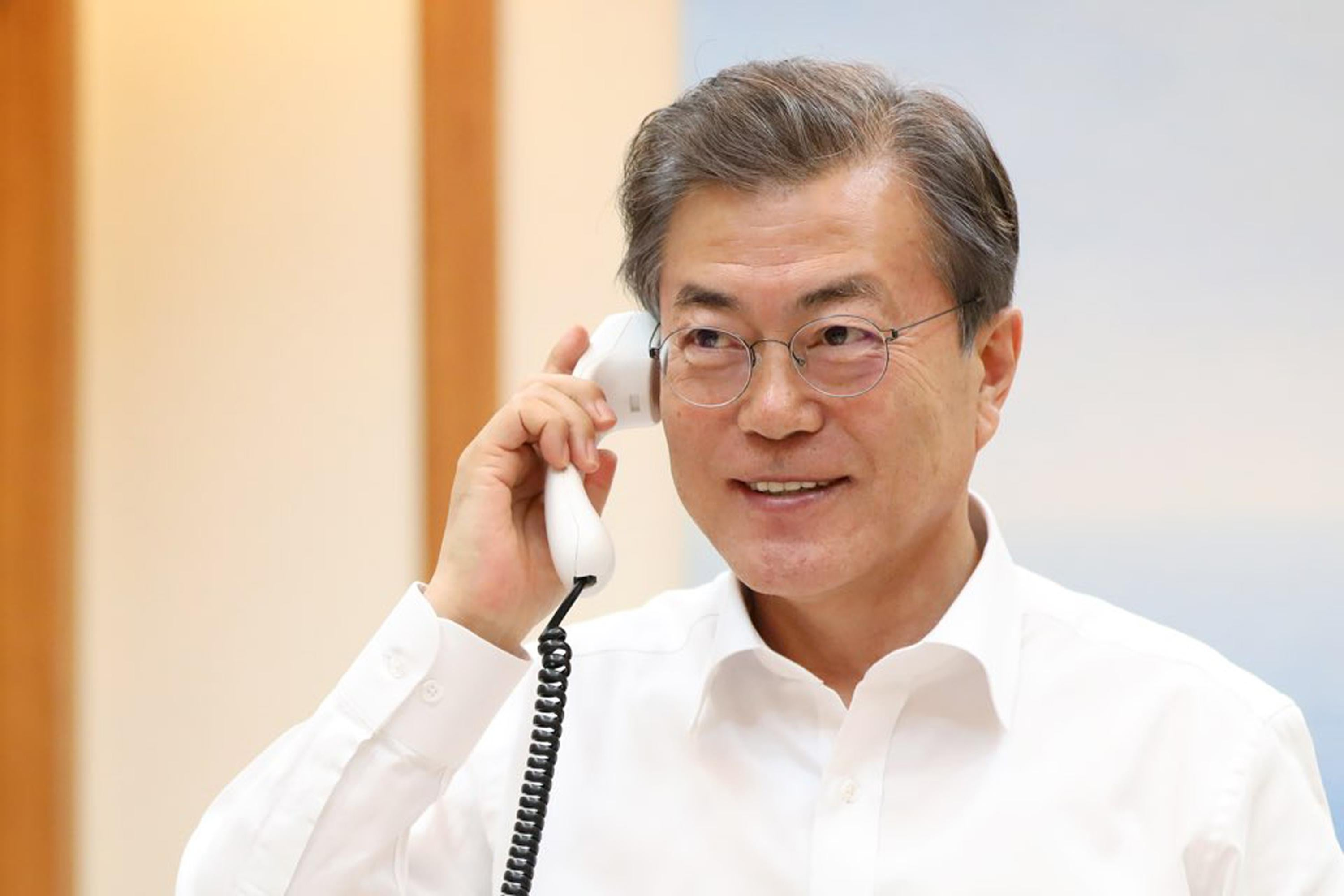 SEOUL, SOUTH KOREA - JANUARY 04:  In this handout image provided by the South Korean Presidential Blue House, South Korean President Moon Jae-in talks with U.S. President Donald Trump on January 4, 2018 in Seoul, South Korea. South Korean and U.S. agreed to delay joint military drills during the PyeongChang Winter Olympic Games.  (Photo by South Korean Presidential Blue House via Getty Images)