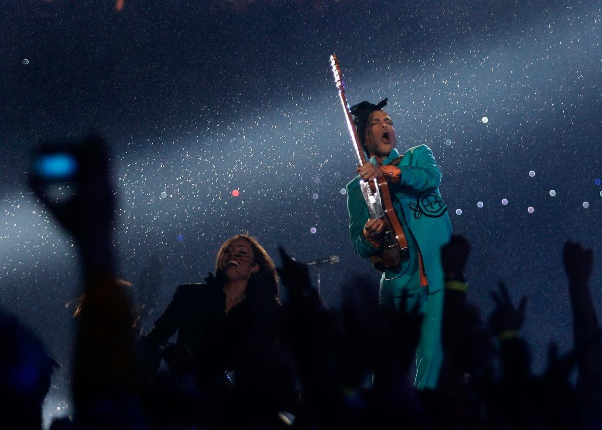 Prince performs at the Super Bowl in 2007