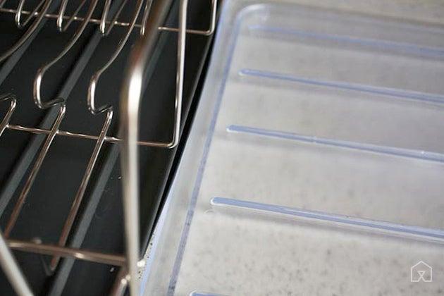 Plastic fins on a dish rack