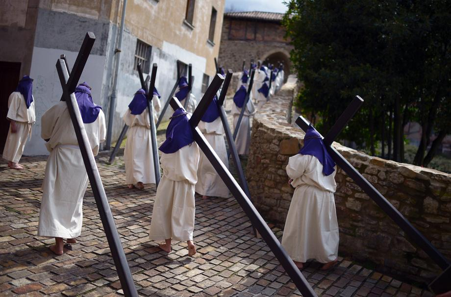 Residents dressed as penitents take part in an Easter Passion Play on Good Friday in the Basque town of Balmaseda, Spain, March 29, 2013.