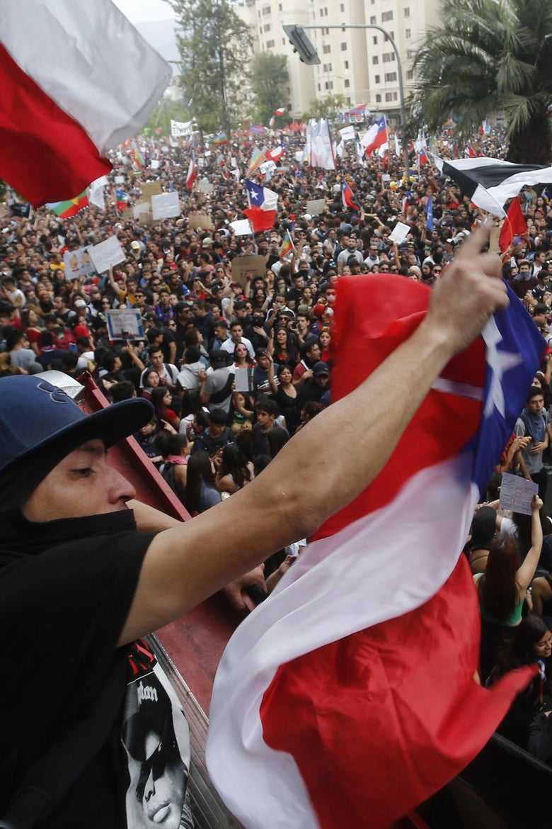 SANTIAGO, CHILE - OCTOBER 25: Chilean people protest during the eighth day of protests against President Sebastian Piñera's government on October 25, 2019 in Santiago, Chile. President Sebastian Piñera announced measures to improve social inequality, however unions called for a nationwide strike and massive demonstrations continue as death toll reached 18. Demands behind the protests include issues as health care, pension system, privatization of water, public transport, education, social mobility and corruption. (Photo by Marcelo Hernandez/Getty Images)