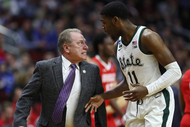 DES MOINES, IOWA - MARCH 21: Head coach Tom Izzo of the Michigan State Spartans glares at Aaron Henry #11 after a play during their game in the First Round of the NCAA Basketball Tournament against the Bradley Braves at Wells Fargo Arena on March 21, 2019 in Des Moines, Iowa. (Photo by Jamie Squire/Getty Images)