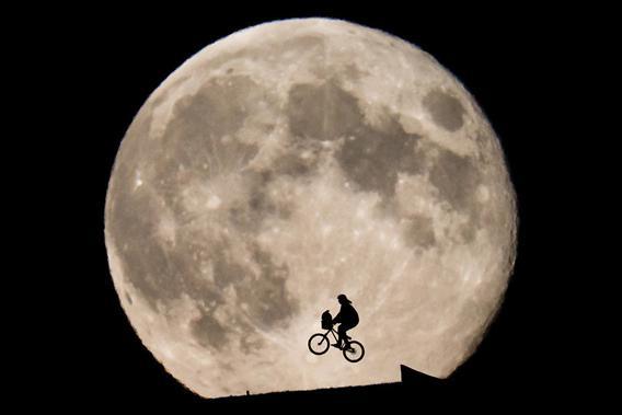 ET flies in front of the Moon
