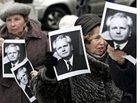 Russian Communist Party supporters hold pictures of Milosevic. Click image to expand.